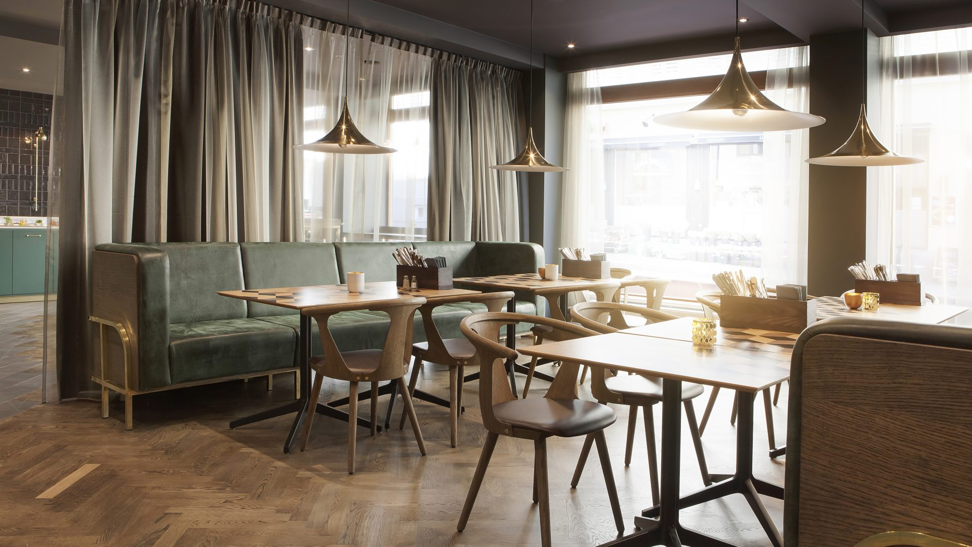 Område med bord og stoler